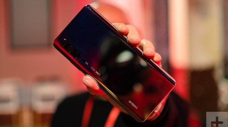 Huawei P30 Pro позирует на живых фото